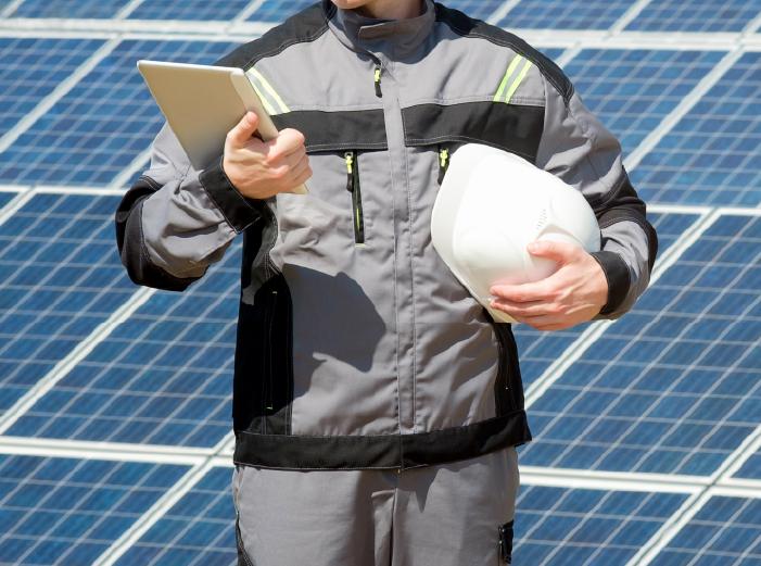 太陽光発電パネル設置の作業員